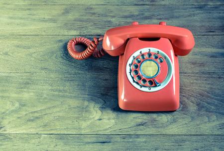 iletişim: Ahşap masanın üzerinde telefon bağbozumu Stok Fotoğraf