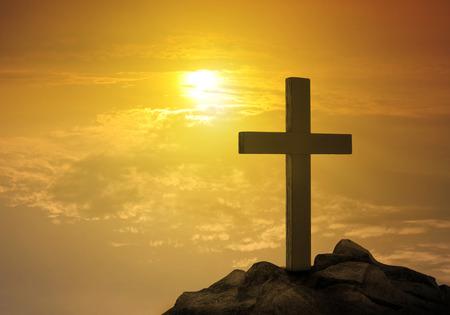 Kruis op de heuvel bij zonsondergang Stockfoto - 50213185
