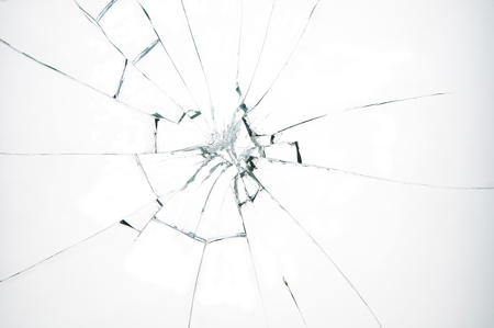 Gebroken glas op witte achtergrond