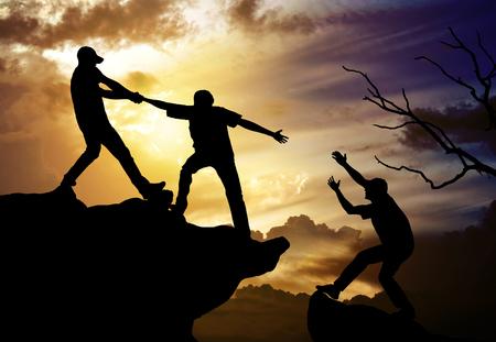 helping: escalada ayudando trabajo en equipo, el concepto de éxito Foto de archivo