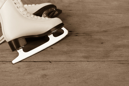 Beschuht Eislaufzahlart der Frau oder der Frauen auf hölzernem Hintergrund, Retro- Weinlese Standard-Bild - 74538703
