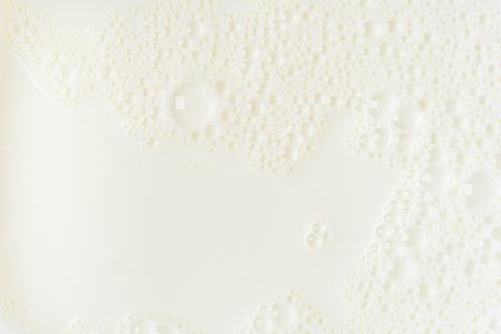 White milk or soy bubble foam background on top view close up Foto de archivo