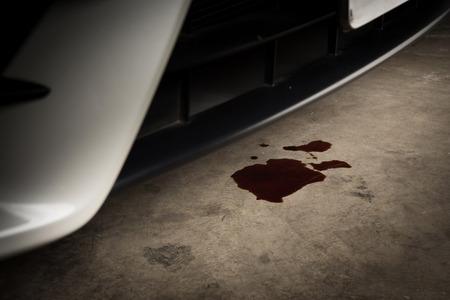 Antiguo aceite negro utilizado de automóvil auto fugas móviles y caída en piso de concreto, servicio de verificación y mantenimiento Foto de archivo - 81842051