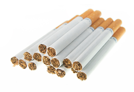 Montón de cigarrillos en el fondo blanco Foto de archivo - 84332051