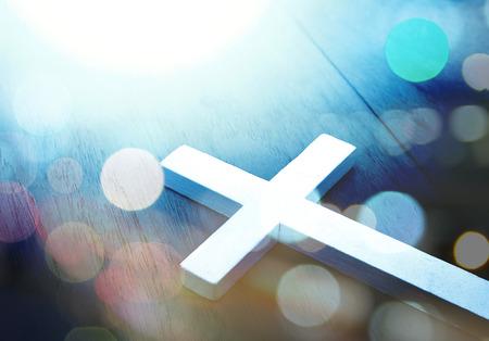 Kruis op hout en bokeh achtergrond Stockfoto