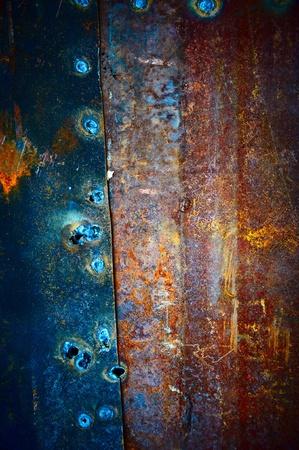 rust red: Las placas viejas de metal cubierto con bellas divorcios y se sujeta entre s� de soldadura