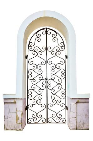 arcos de piedra: Fachada de un arco con la puerta metálica cerrada rizado. aislado