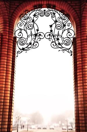 grecas: El arco de ladrillo en estilo vintage, est� decorada con patrones de metal. Contra el cielo