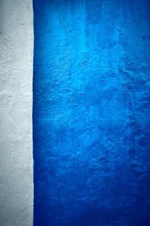 fondos azules: Es de color blanco - un fondo azul oscuro en el estilo grunge. Foto de archivo