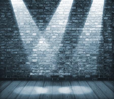 brick floor: Antecedentes en el estilo grunge. Interior brill� con proyectores Foto de archivo