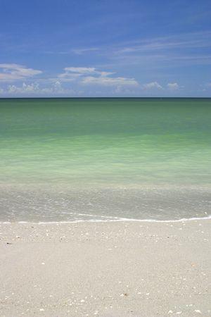 ビーチや海、青い空の下