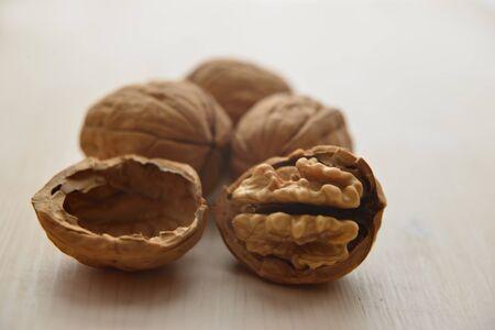 Walnuts on a cutting board Zdjęcie Seryjne
