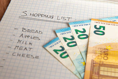 Shopping list, with money next to it 版權商用圖片