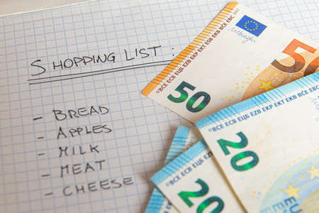 Shopping list, with money next to it 免版税图像