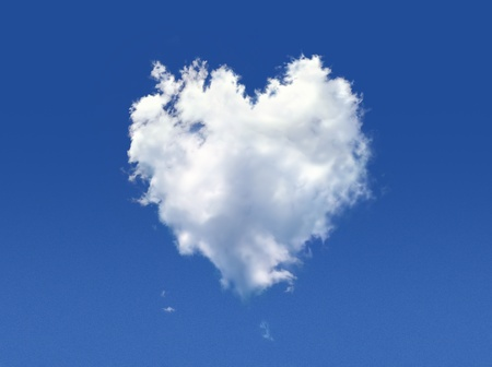 cumulus cloud: Fluffy nuvola dalla forma di cuore, su un cielo blu profondo. Archivio Fotografico