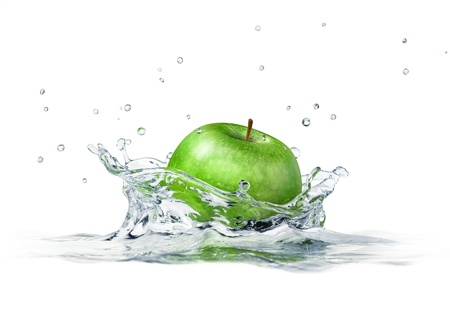 manzana agua: Manzana verde salpicando en el agua. cerca vista lateral, con profundidad de campo. 3-D digital de la representación, en el fondo blanco.