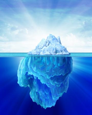 Ijsberg solitair in de zee buiten en onder water kanten getoond Zachte bewolkte hemel op de achtergrond