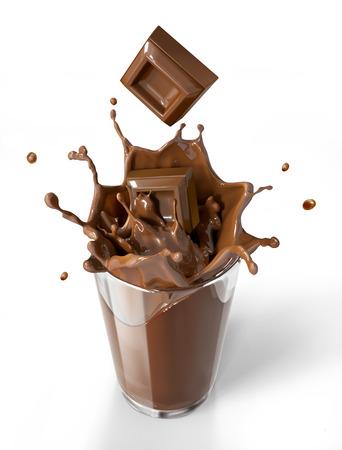 Chocoladekubussen spatten in een chocolade milkshake glas. Bird eye view, op witte achtergrond. Het knippen inbegrepen weg.