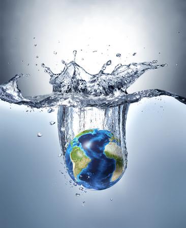 惑星の地球、水の中にはねかけるグラデーション背景と水の下でライターの美しい劇的なスプラッシュを形成します。アトランティック オーシャン