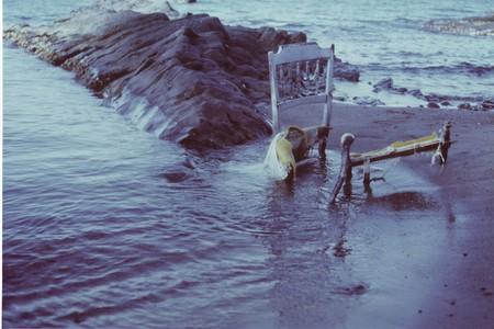 soledad: Abandonada vieja silla en la playa, una met�fora de la soledad
