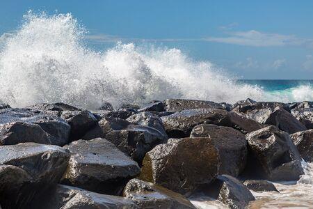 Onde che si infrangono sulle rocce, sull'isola di Barbados