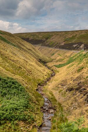 A river running through the rugged Derbyshire countryside Imagens