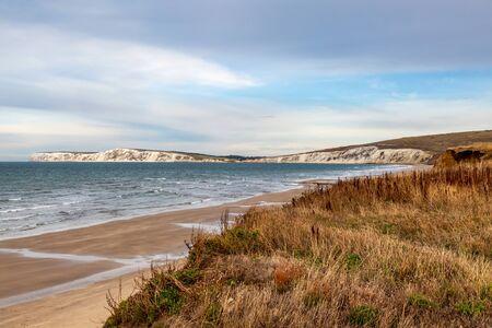 Blick über den Strand von Compton Bay auf die Kreidefelsen von Freshwater Bay und Tennyson Down