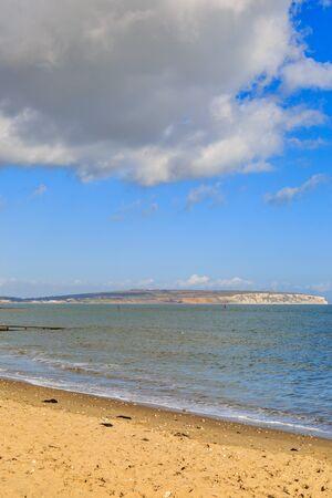 Mirando a través de la playa de Shanklin hacia Culver Down, en la isla de Wight
