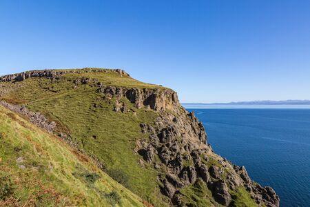 The rugged coastline of the Isle of Skye with a clear blue sky overhead Stockfoto