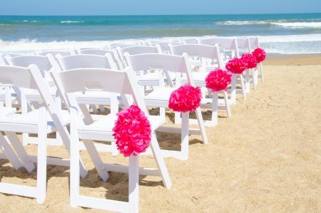 c�r�monie mariage: Chaises de mariage mis en place pour une c�r�monie au bord de la mer