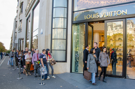 louis vuitton: Paris, France, 11 ottobre 2014 - I turisti in fila fuori dal negozio flagship Louis Vuitton sugli Champs-Elysee .in Paris. Editoriali