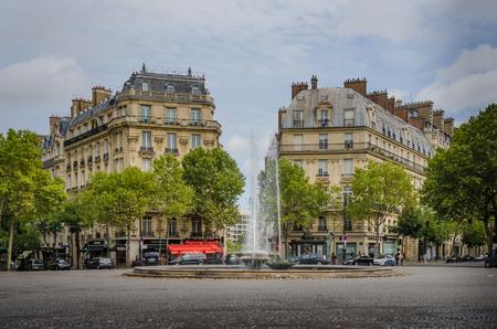 corcovado: Par�s, Francia, 25 de agosto 2015 - Victor Hugo Plaza con sus fuentes de honores Frances m�s importante escritor que se hizo famoso cuando escribi� El jorobado de Notre-Dame public� en 1831. Editorial