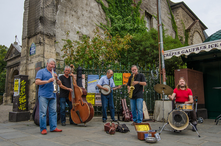 entertain: Paris, France, August 10, 2015 - Street musicians entertain passers-by with a selection of instruments playing Jazz in Place Saint-Germain des-Pres. Editoriali
