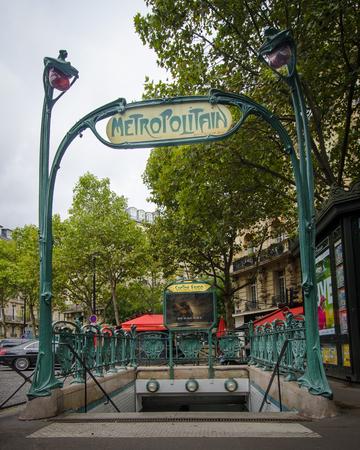 retained: París, Francia, 25 de agosto 2015 - La estación de metro en la Plaza Víctor Hugo es uno de los pocos que han conservado su original de entrada esculpida modernista diseñado por el arquitecto Hector Guimard.