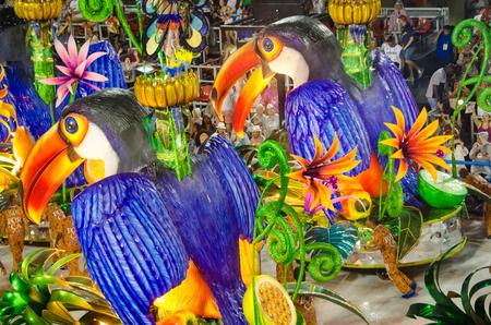 Río de Janeiro, Brasil, 26 de febrero de 2017 - El tema tropical de la Escuela de Samba Paraiso do Tuiuti en el desfile de carnaval del Sambódromo Marqués de Sapucai destaca el paraíso natural del interior del país.