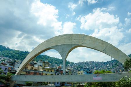 oscar niemeyer: Rio de Janeiro, Brazil, February 28, 2017 – The reinforced concrete pedestrian bridge with the Rocinha favela in the background was designed by Brazilian architect Oscar Niemeyer.