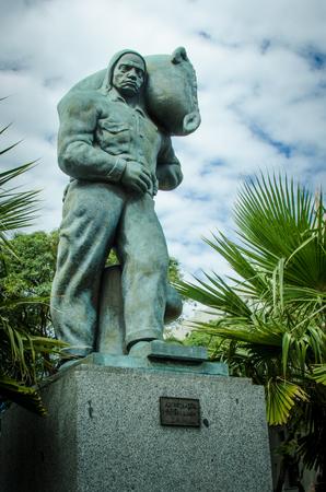 モンテビデオ、ウルグアイ、2017 年 3 月 4 日 â €沖仲仕の像を祝う読み込みを行う港湾労働者、1930 年に法学のパガーニの彫刻によって作成された 報道画像