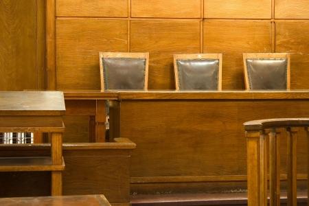 Ancienne salle de Cour vintage. Les chaises de juges en gros plan. Banque d'images