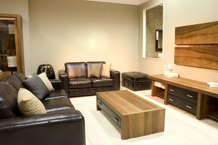 colores calidos: Habitaci�n de la vida moderna con colores c�lidos. Dos sof�s grandes y una mesa de caf�.  Foto de archivo