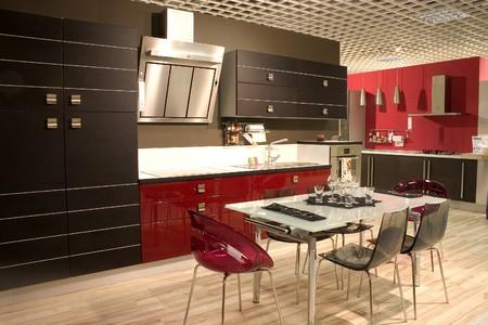adn: Moderna cocina y comedor con muebles elegantes. Mesa de comedor y sillas. Foto de archivo
