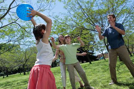 ni�os jugando en el parque: Familia jugando Foto de archivo