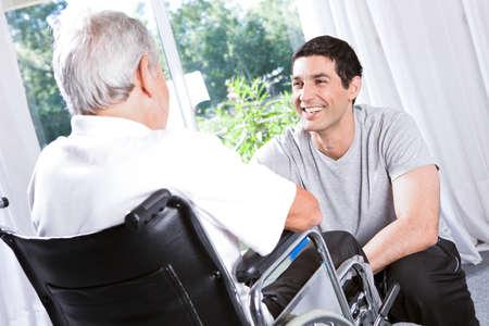 persona en silla de ruedas: En una casa de retiro