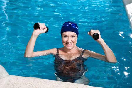 nuoto: Senior donna in una piscina Archivio Fotografico