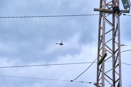 helicopter working on the power lines near 免版税图像