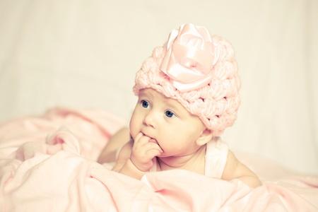 baby gesicht: Baby M�dchen in einem rosa Hut Lizenzfreie Bilder