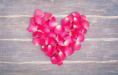 flores secas: Flores Fromm coraz�n en el fondo de madera
