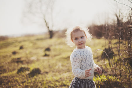 caras felices: Retrato de una niña caminando en el campo