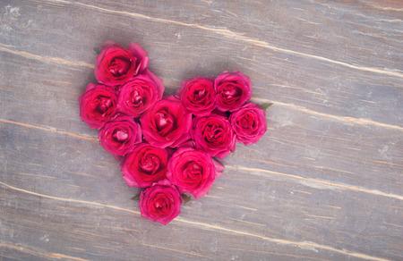 flores secas: Flores Fromm corazón en el fondo de madera