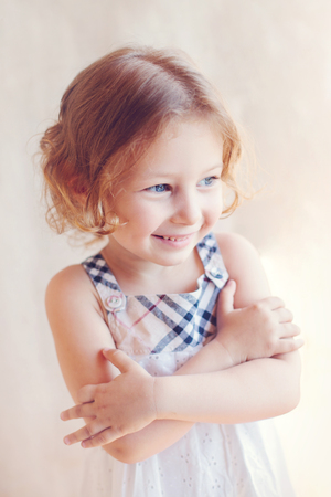 petite fille avec robe: portrait de petite fille adorable Banque d'images
