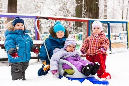 Ni�os jugando en la nieve al aire libre en invierno Foto de archivo - 8620851